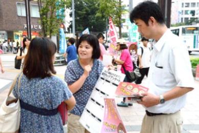 街頭相談とアンケート活動(9月14日、天神)