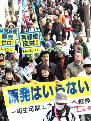 デモ行進する共産党北九州市議団(北九州市)
