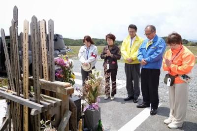 浪江町海岸付近の津波犠牲者の慰霊碑で黙とう