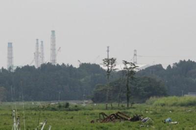 請戸小学校からみえる福島第一原発の排気塔