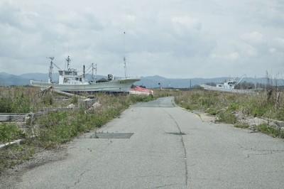 南相馬市 海岸から2キロ近く奥の道路に漁船がそのまま放置