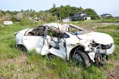 南相馬市 大破した車があちこちにそのまま残されている