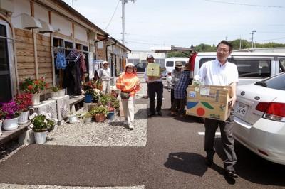 松川第2仮設住宅で福岡から送った野菜を配る