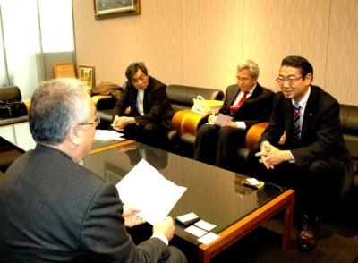 九州経済連合会で懇談する真島省三衆院議員(右端)ら