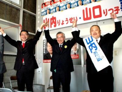「出発式」で参加者の拍手に応える右から山内涼成市議候補、しのだ清市長候補、真島省三衆院議員