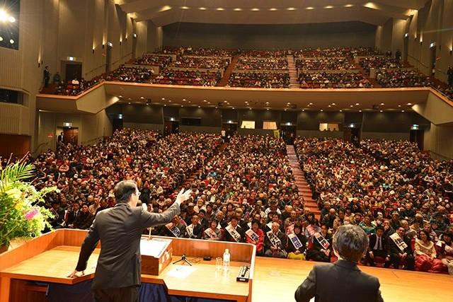 2000人を超える聴衆を迎えた大演説会会場(北九州ソレイユホール)