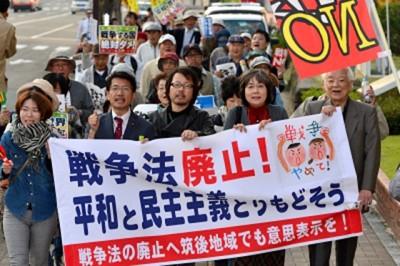 手作りのプラカードや鳴り物を手に市内をデモ行進