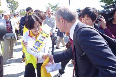 新井候補と握手