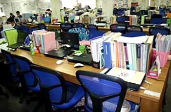 パソコン分の空間しか確保されない職員室