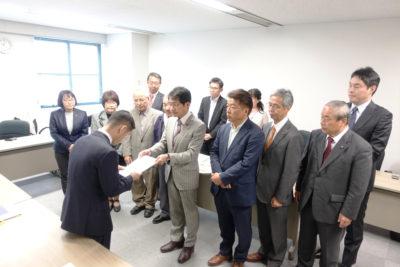 日田彦山線の無条件での鉄道復旧を求める要望書を手渡す